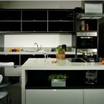 A cozinha planejada combina perfeitamente com a decoração contemporânea.
