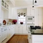 Uma cozinha com móveis sob medida.