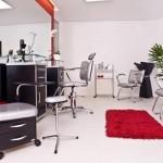 Salão de beleza moderno, funcional e com poucos detalhes
