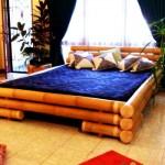A estrutura da cama de casal é feita com bambu