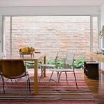 Uma sala de jantar arejada, clara e agradável.