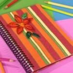 Um caderno simples teve o seu visual transformado graças ao artesanato.