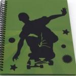 Adesivos também customizam a capa do caderno.