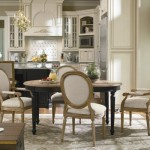 A sala de jantar apresenta móveis coloniais.