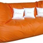 Um puff grande substitui o sofá.