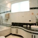 Banheiro moderno e agradável.