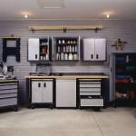 Escolha móveis com muitas repartições e gavetas para decorar a garagem.