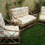 O jogo de sofá de bambu junto com o gramado verde reforçam a ideia de natureza.