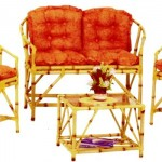 Sofás e mesa de centro confeccionados com bambu traçam uma combinação perfeita.