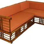 Sofá estruturado com bambu e revestido com tecido na cor laranja - peça perfeita para uma sala aconchegante.