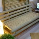 Apesar de não possuir estofamento, o sofá de bambu é uma boa opção para a área externa.