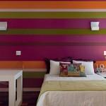 Um quarto feminino moderno e vibrante.