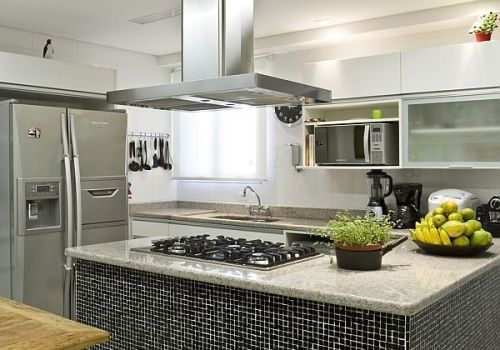 A cozinha com ilha central é moderna, sofisticada e receptiva.