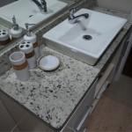 Um lavabo se torna mais sofisticado com a presença do granito.