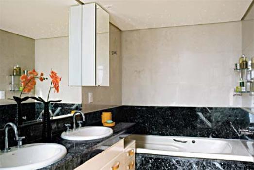 O granito usado na bancada do banheiro.