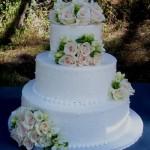 Bolo de casamento branco com flores  (Foto:Divulgação)