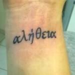 Tatuagem de alfabeto grego (Foto:Divulgação)