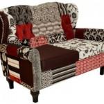 Sofá revestido com patchwork.