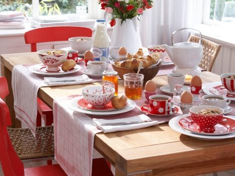 Mesa de café da manhã bem arrumada.