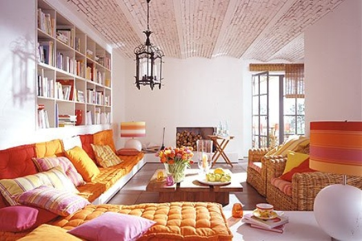 Um clima aconchegante proporcionado pelas almofadas no chão da sala.