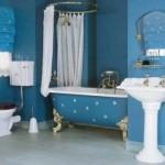 Banheiro todo azul, inclusive a banheira.