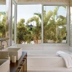 Decoração leve, clara e agradável para o banheiro.