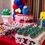 A mesa decorada precisa encantar as crianças.