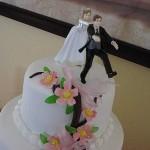 Bolo de Casamento com a noiva empurrando o noivo (Foto: Divulgação)
