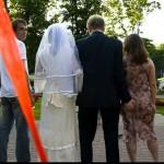 Noivo apalpando a mulher ao lado (Foto: Divulgação)