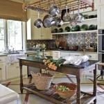 As panelas penduradas deixam a cozinha com um visual charmoso.
