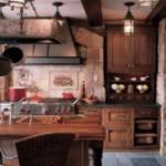 Robusta e aconchegante, a cozinha se transforma em um ponto de encontro para a família.