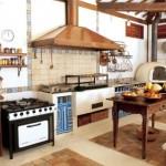 A cozinha com visual rústico explora móveis, eletrodomésticos e objetos característicos.