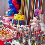 Mesa principal com muitos doces.