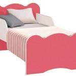 A cama é colorida, mas não dispensa a proteção lateral.