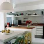 No caso de uma cozinha americana pequena, aposte na decoração com a cor branca.