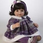 Boneca menina de cabelos pretos