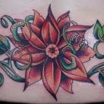 Tatuagem no cóccix - Flor e Ramos Verdes