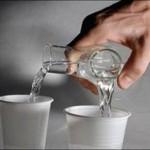 Garrafa para servir dois copos ao mesmo tempo
