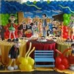 Personagens decoram a mesa principal.