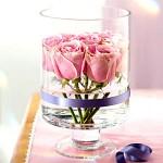 Arranjo de flores dentro do vaso