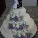 Bolo de Casamento Branco com Rosas Azuis