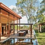 Fachada de madeira harmonizada com o ambiente