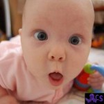 Bebê com carinha de espanto.