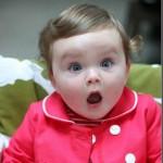 Os bebe são 'especialistas' em caras e bocas, como essa menina.