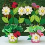 Os vasinhos com flores deixam a festa ainda mais alegre.
