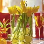 Tulipas amarelas e rodelas de limão harmonizam o enfeite de centro de mesa.