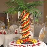 Espetinhos de frutas podem decorar a mesa tornando-a muito apetitosa.