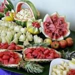 Com pouco custo é possível fazer uma mesa de frutas muito bonita e sofisticada.