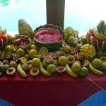 A melancia proporciona ótimas opções para dar formas e um excelente acabamento na mesa de frutas.