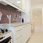 Em uma cozinha pequena decorada podem compor vários detalhes além dos móveis.